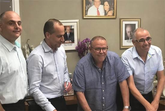 אילן הללי, ארנון בר-דוד, אלי כהן, גיל בר-טל בחתימה על ההסכם / צילום: אגף הדוברות בהסתדרות
