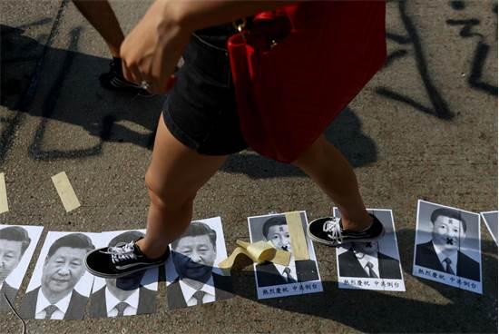 הפגנות אלימות בהונג קונג לצד חגיגות 70 שנה למפלגה הקומוניסטית בסין / צילום: רויטרס, Athit Perawongmetha