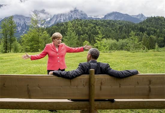 """קנצלרית גרמניה אנגלה מרקל ונשיא ארה""""ב ברק אובמה בשיחה פסטורלית בזמן פסגת מנהיגי ה-G7 בגרמניה, יוני 2015 / צילום: Michael Kappeler, רויטרס"""