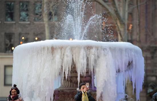 מזרקה שקפאה בניו יורק במהלך גל הקור הקיצוני / REUTERS/Brendan McDermid