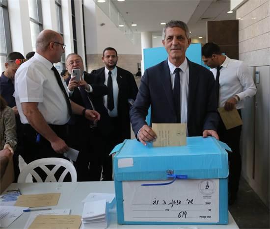 """עו""""ד אבי חימי מצביע בבחירות ליו""""ר לשכת עורכי הדין / צילום: יוסי זמיר"""