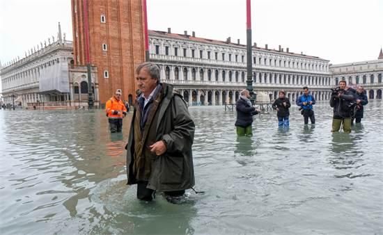 אנשים הולכים בונציה לאחר השטפון / צילום: מנואל סילבסטרי, רויטרס