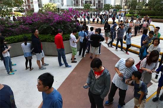 תושבים בהונג קונג מחכים בתור כדי להצביע בבחירות / צילום: Athit Perawongmetha, רויטרס