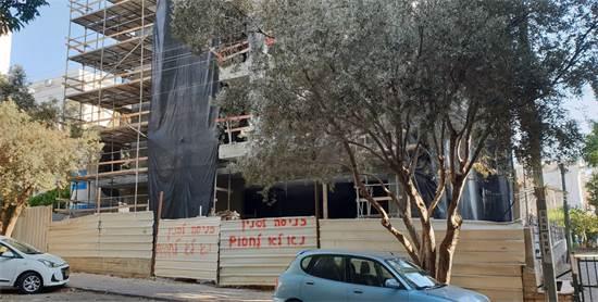 אתר בנייה סגור בפינת טבנקין פינת בן צבי, בפתח תקווה / צילום: גיא ליברמן, גלובס