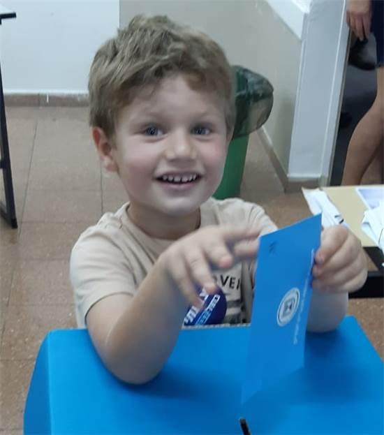 ילד מצביע בבחירות / צילום: תמונה פרטית