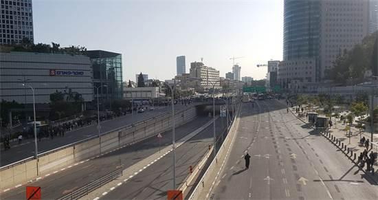 תחילת המחאה ליד עזריאלי / צילום: מנחם שטאובר
