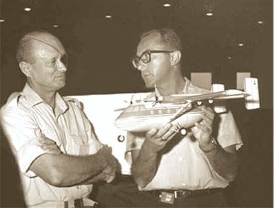 """משה ארנס מראה לדיין את מטוס הערבה / צילום: תע""""א"""