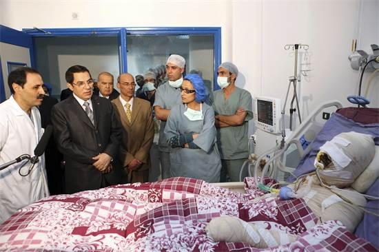 נשיא טוניס בן עלי מבקר בבית החולים את מוחמד בועזיזי, הירקן שהצית עצמו והביא לתחילת האביב הערבי, ינואר 2011 / צילום: רויטרס