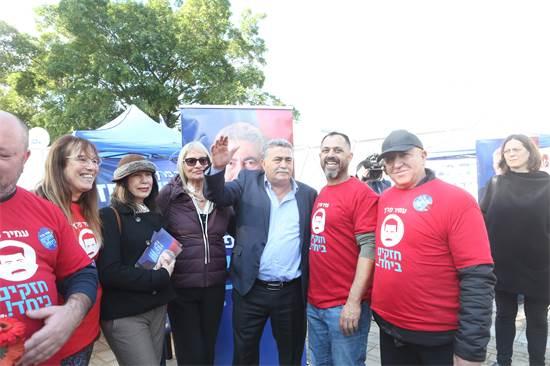 עמיר פרץ ופעילי מפלגת העבודה / צילום: שלומי יוסף