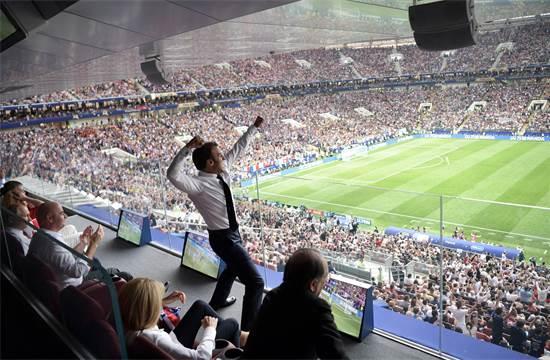 נשיא צרפת עמנואל מקרון חוגג במוסקבה את שערה של נבחרת צרפת במשחק הגמר של המונדיאל נגד קרואטיה, יולי 2018 / צילום: Alexei Nikolsky, רויטרס