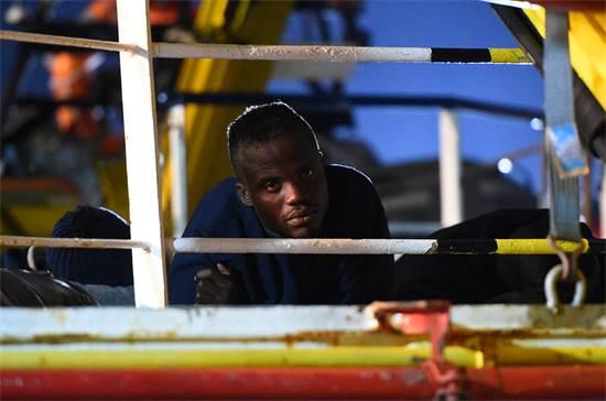 מהגר לאיטליה על ספינה / צילום: גוגילמו מנגיאפנה, רויטרס