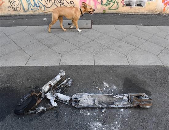 קורקינט חשמלי שרוף בברלין / צילום: Annegret Hilse, רויטרס