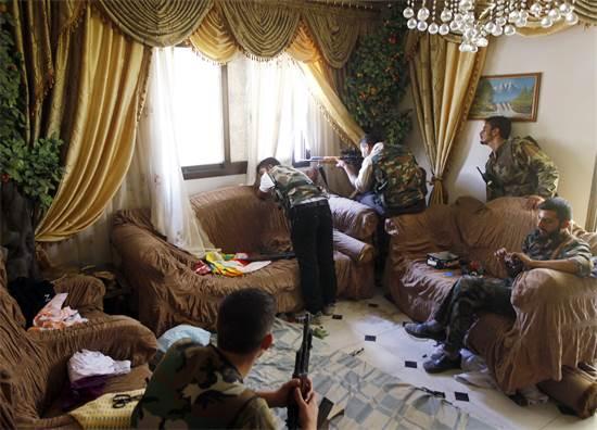 לוחמים של צבא סוריה החופשי בעיצומו של קרב נגד אנשי הנשיא אסד בתוך סלון בית בעיר חלב, אוגוסט 2012 / צילום: Goran Tomasevic, רויטרס