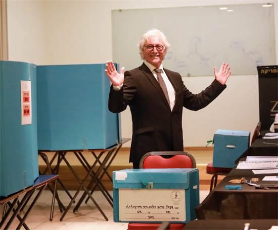 """עו""""ד ציון אמיר מצביע בבחירות ליו""""ר לשכת עורכי הדין / שלומי יוסף"""