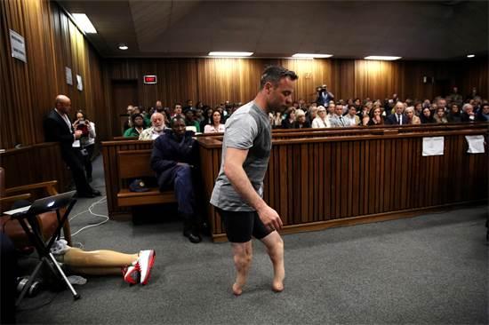 האצן הפאראלימפי הדרום אפריקאי אוסקר פיסטוריוס, שהורשע ברצח חברתו, נכנס לדיון בבית המשפט, יולי 2016 / צילום: Siphiwe Sibeko, רויטרס