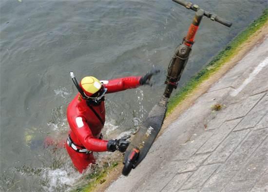צוללן מוציא קורקינט חשמלי מהמים בברלין / צילום: de.indymedia.org