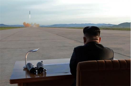 שליט צפון-קוריאה קים ג'ונג און צופה משולחן משרדו, שמוקם בבסיס צבאי, בשיגור טיל קרקע-קרקע, ספטמבר 2017 / צילום: סוכנות הידיעות הצפון קוריאנית, רויטרס