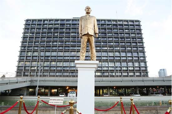"""פסל ביבי מוזהב של האמן איתי זלאיט שהוצב בכיכר רבין בת""""א / צילום: דרור סיתהכל"""