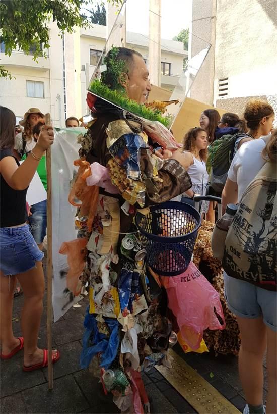 """מפגין בצעדה למען התמודדות עם משבר האקלים בת""""א ב-27 בספטמבר / צילום: מגמה ירוקה, יח""""צ"""