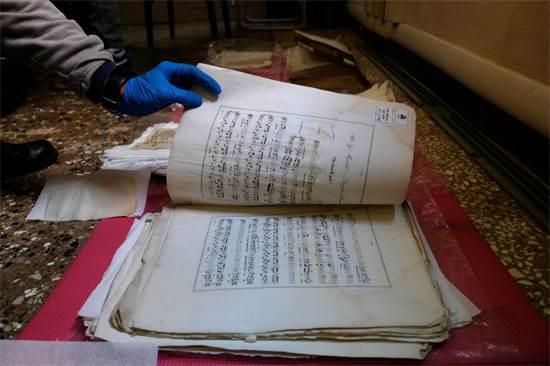 שיקום ושיחזור דפי תווים עתיקים שנפגעו מהצפה / צילום: מנואל סילבסטרי, רויטרס