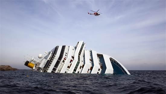 ספינת הנוסעים קוסטה קונקורדיה שוקעת על צדה לאחר שעלתה על שרטון מול חופי איטליה, ינואר 2012 / צילום: Paul Hanna, רויטרס