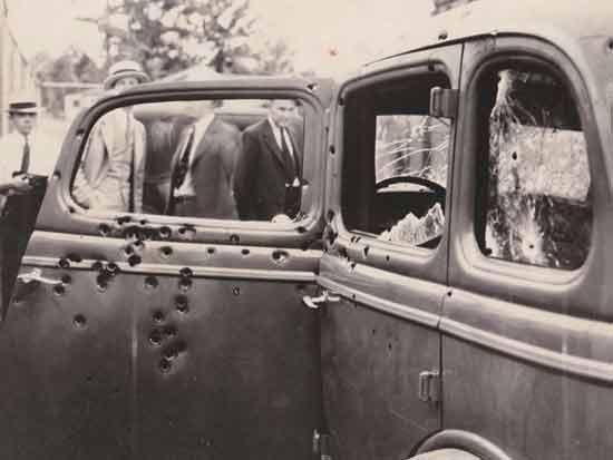 רכבם של בוני וקלייד מנוקב בכדורים/ צילום: מתוך ויקימדיה