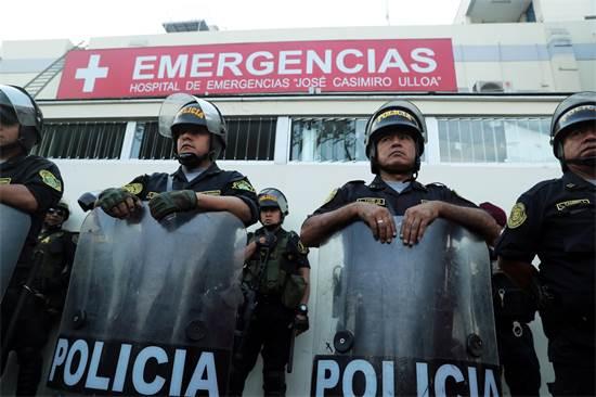 משטרת לימה חוסמת את הגישה לחדר הניתוח של גרסיה / צילום: REUTERS/Guadalupe Pardo