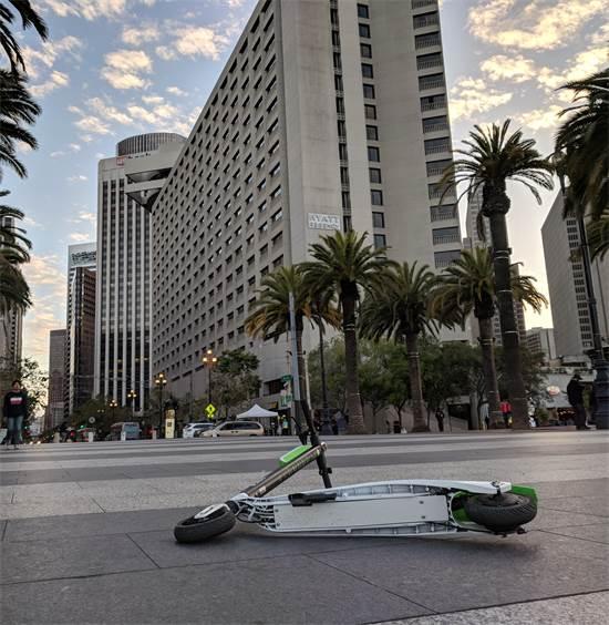 קורקינט של ליים זרוק ברחובות סן פרנסיסקו. בעיר הגבילו את היקף השימוש / צילום: שאטרסטוק