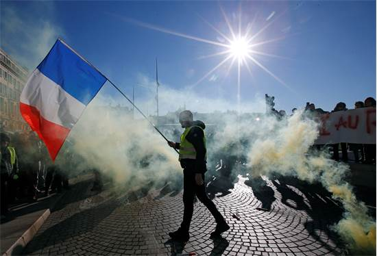 מחאת האפודים הזוהרים בצרפת  / צילום: REUTERS/Jean-Paul Pelissier