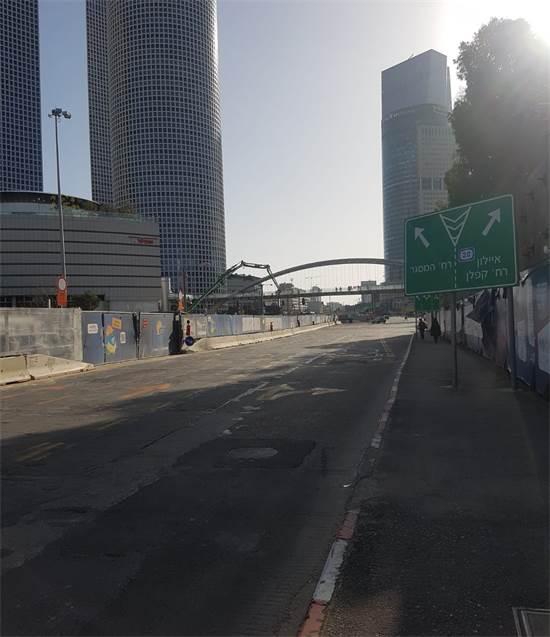 ציר בגין ליד עזריאלי נחסם לתנועה על ידי המשטרה / צילום: מנחם שטאובר