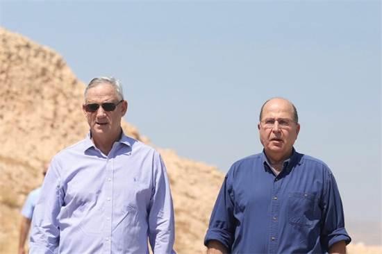 בני גנץ ומשה יעלון בסיור בבקעת הירדן / צילום: אלעד מלכה