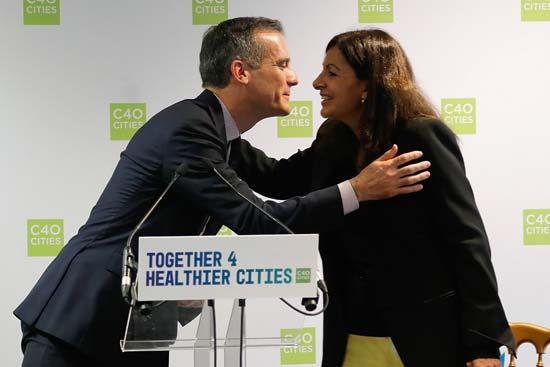 ראש עיריית לוס אנג'לס וראשת העיר פריז בכנס C40./ צילום: רויטרס CHARLES PLATIAU