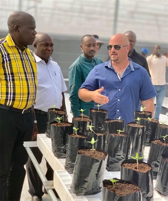 חממת הקנאביס של טוגדר באוגנדה: ניר סוסינקי ונציג הנשיא באוגנדה / צילום: טוגדר פארמה