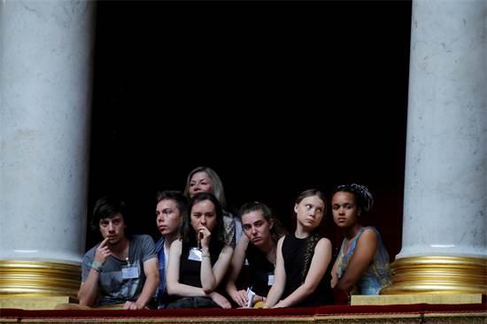 מובילת המאבק הסביבתי גרטה טונברג ואקטיביסטים צעירים צרפתים בעת ביקור באסיפה הלאומית בפריז, יולי 2019 / צילום: Philippe Wojazer, רויטרס