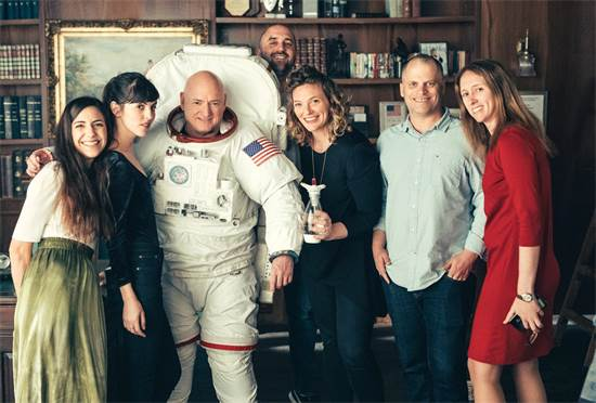 """סקוט קלי עם צוות השיווק הגלובלי של סודהסטרים / צילום: יח""""צ"""