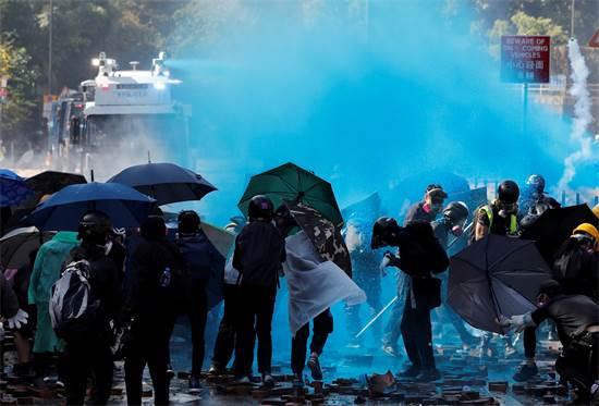 הנוזל הכחול שהשפריצו השוטרים על המפגינים בהונג קונג בסוף השבוע האחרון / צילום: Tyrone Siu, רויטרס