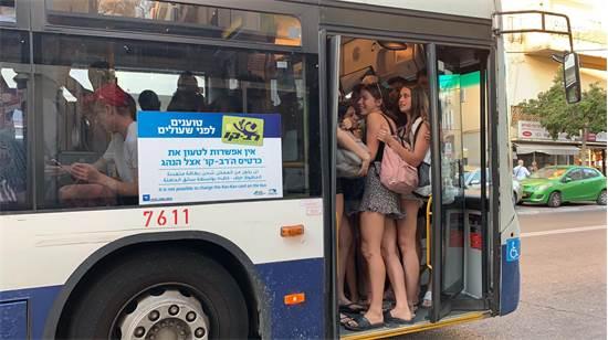 """נוסעים באחד מקווי האוטובוס של חברת """"דן"""" / צילום: שני אשכנזי, גלובס"""