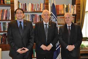 אמיר גרוס כבירי (משמאל) עם הנשיא ריבלין ועם מנהל הארמיטאז' מיכאיל פטרובסקי / צילום: באדיבות בית הנשיא