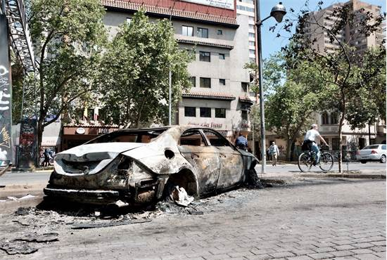 כלי רכב שרוף בהפגנות בצ'ילה / צילום: שני אשכנזי, גלובס