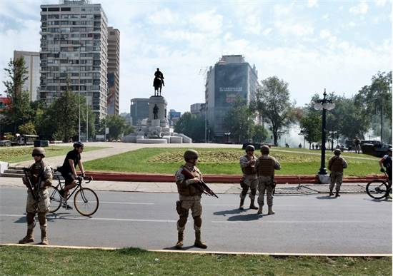 כוחות משטרה ברחובות בשל ההפגנות בצ'ילה / צילום: שני אשכנזי, גלובס