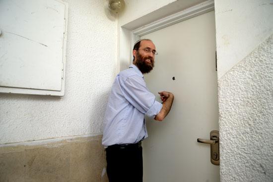 דופק על הדלתות בפתח תקוה  / צילום: איל יצהר