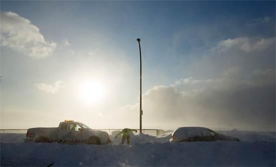 """רכבים תקועים בשלג בארה""""ב במהלך גל הקור / צילום: REUTERS/Lindsay DeDario"""
