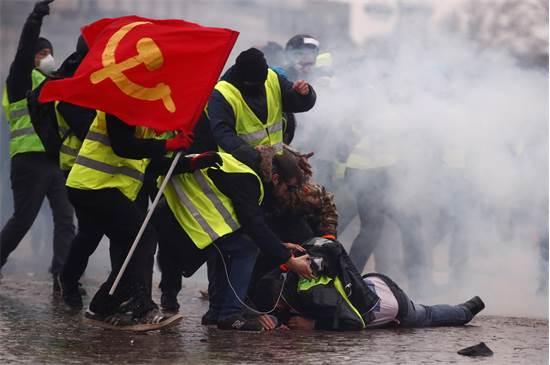 מחאת האפודים הזוהרים בצרפת / צילום: REUTERS/Christian Hartmann
