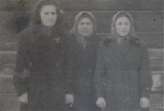 משמאל: סבתא אלה, אחותה מוסיה ודודה חיה