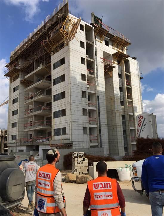 הבניין בחריש ממנו נפלו שני פועלים / צילום: איחוד הצלה