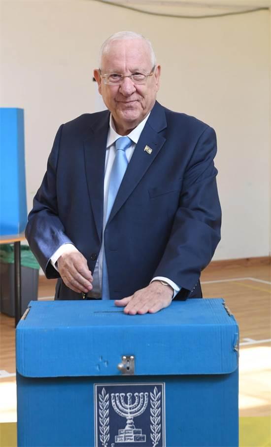 נשיא המדינה ראובן רובי ריבלין בקלפי / צילום: דוברות בית הנשיא