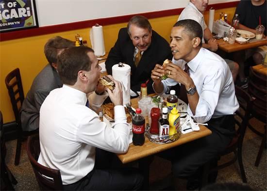 """נשיא ארה""""ב ברק אובמה ונשיא רוסיה דימיטרי מדבדב בהפסקת צהריים אמריקאית בווירג'יניה, יוני 2010 / צילום: KEVIN LAMARQUE, רויטרס"""