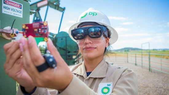 """שימוש של  המשקפיים ע""""י טכנאית של BP בבאר נפט/צילום: BP"""