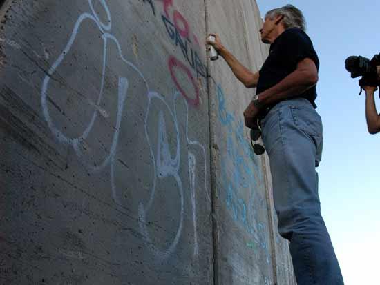 רוג'ר ווטרס מרסס על חומת ההפרדה.  / צילום: רויטרס - Runway Manhattan