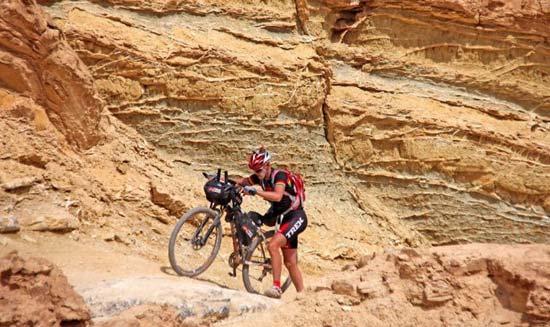 טיפוס של 1800 מטר עם האופניים וציוד של 23 קג/ צילום: שי רוטברד